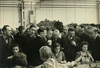 Personeel van de Swift schoenfabriek aan het werk. Op deze dag van de officiële opening worden journalisten en genodigden rondgeleid