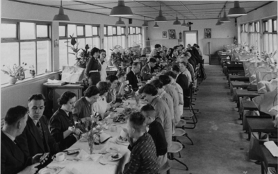 Een diner met directie en medewerkers in verband met de opening van de nieuwe locatie in Wijchen. Om voldoende personeel aan te trekken werden er aparte schoenenateliers geopend onder andere in Wijchen, Millingen en in de Cyclamenstraat te Nijmegen