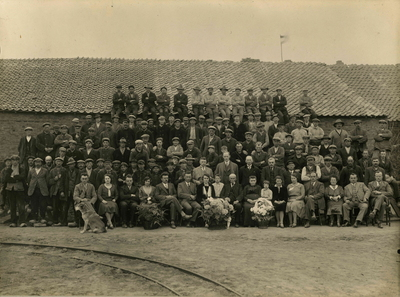 Groepsfoto van het personeel van de Steenfabriek Millingerwaard ter gelegenheid van het 25-jarig jubileum van bedrijfsleider (steenbaas) Johannes Gielink (voorste rij, 9e van rechts). De steenfabriek, waar de stenen nog in een veldoven werden gebakken behoorde aan de familie Colenbrander