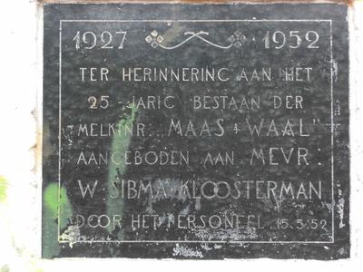 Gedenksteen aan de voormalige melkfabriek Maas en Waal :
