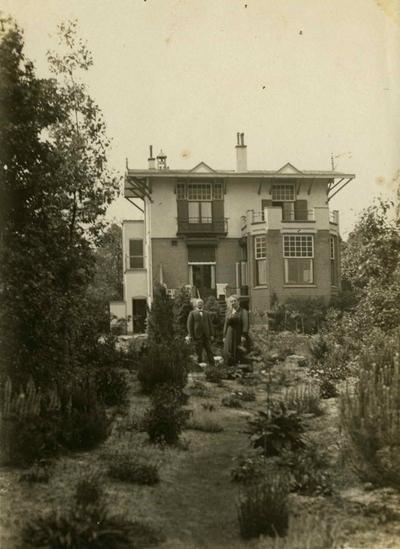 Villa 'Berglust', gebouwd in 1911 als villa 'Heideheuvel' door de Nijmeegse aannemer Lammert Smit als kopie van de gelijknamige eerste door hem in 1908 gebouwde villa aan de, toen nog naamloze, Paijensweg, en vanaf april 1914 eigendom van Joachimus (Chiem) van Houweninge (24/03/1859 - 22/02/1936), steenkolenhandelaar, grootgrondbezitter van het gebied op en grenzend aan de Kwakkenberg en oprichter van het gelijknamige villapark