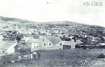 Panorama Hreljina (obitelj s osmero djece). Crno-bijela razglednica.