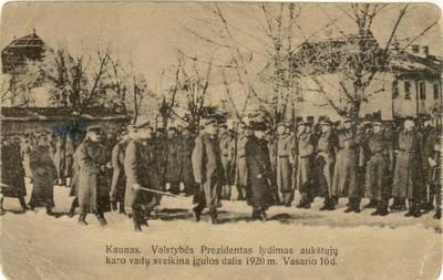 Kaunas. Valstybės Prezidentas lydimas aukštųjų karo vadų sveikina įgulos dalis 1920 m. Vasario 16 d.