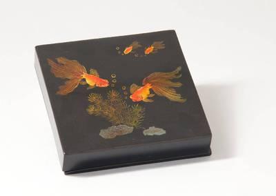 Medinė dėžutė su žuvytėmis