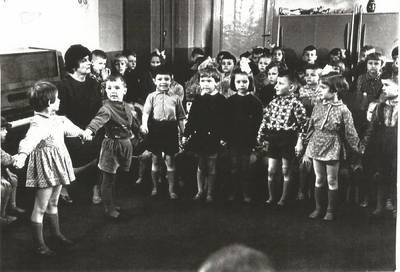 Nežinomas autorius. B. Grincevičiūtė vaikų darželyje. 1963-04