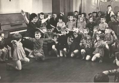 B. Grincevičiūtė su vaikais Vilniaus grąžtų gamyklos vaikų darželyje. 1963-04