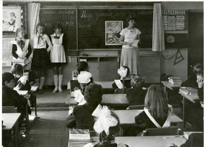 Rugsėjo pirmoji. Mokytoja Svetlana Bolya ir auklėtiniai. 1984-09-01