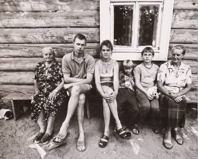 Miečionių kaimo žmonės. Alma Žemaitienė su dukra, žentu ir anūkais ( Lazdauskais). - 2002