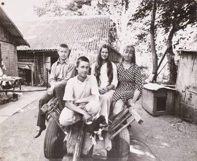Miečionių kaimo žmonės. Genia Mikučionienė su sūnumis, dukra. - 2002