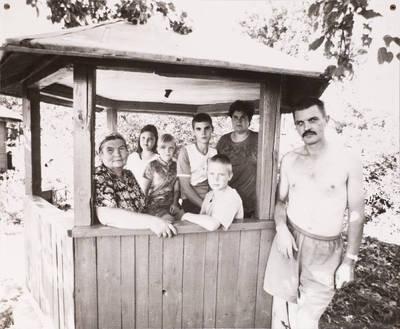 Paliesiaus kaimo žmonės. Janina, Milda, Albinas Bagdonai ir vaikai Povilas, Andrius, Agnė ir Gitana. - 2002