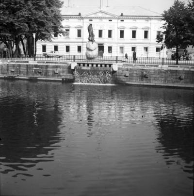 Klaipėda. Pastatas Danės g. 17 ir Žvejo skulptūra / Bernardas Aleknavičius. - 1972