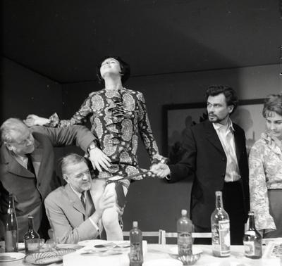 """Klaipėdos dramos teatras. Scena iš spektaklio """"Melų diena. Abstinentas"""" / Bernardas Aleknavičius. - 1977.XII.30"""