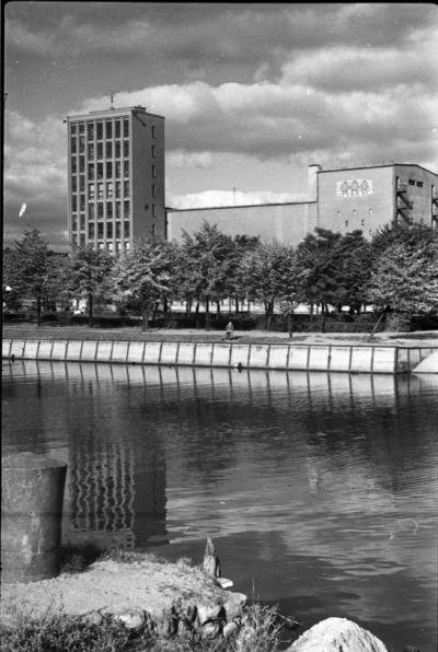 Klaipėda. Muzikinio teatro pastatas nuo kairiosios Danės krantinės / Bernardas Aleknavičius