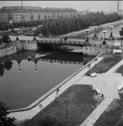 Klaipėda. Biržos tiltas ir skveras kairėje Danės krantinėje / Bernardas Aleknavičius