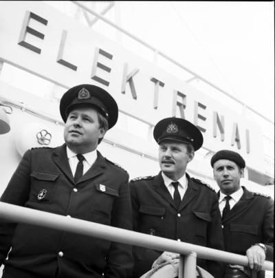 Didžiojo žvejybinio tralerio šaldytuvo Elektrėnai kapitonas-direktorius Algirdas Baumanas, vyr. kapitono padėjėjas Algimantas Jonas Valiukėnas ir N asmuo. Klaipėda / Bernardas Aleknavičius. - 1980