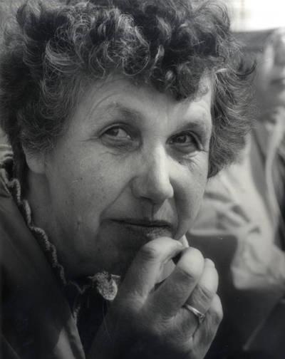 Mokytoja Rūta Piaulokaitė-Paplauskienė. Portretinė nuotrauka / Bernardas Aleknavičius. - 1990