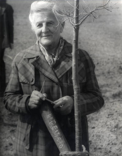 (Ana) Reisgytė-Dugnienė. Portretinė nuotrauka / Bernardas Aleknavičius. - 1990