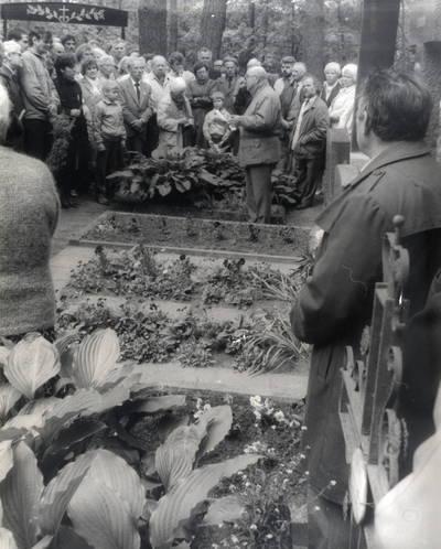 Vilius Ašmys veda ekskursiją Vanagų kapinaitėse. Grupinė nuotrauka / Bernardas Aleknavičius