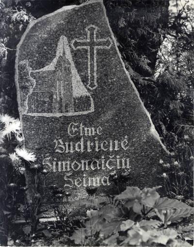 Tikrovėje čia: Krizo Šimonio ir jo žmonos Ilžės Ašmikės-Šimonienės kapas Vanagų kapinaitėse. Pavienė nuotrauka / Bernardas Aleknavičius