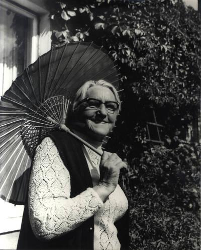 Ieva Simonaitytė tarp savo valdų Priekulėje. Portretinė nuotrauka / Bernardas Aleknavičius. - 1977.VIII.23