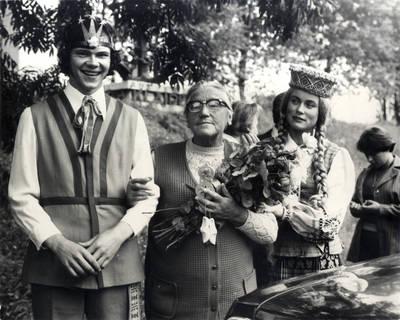 Klaipėdiečiai sutinka rašytoją prie miesto ribos. Grupinė nuotrauka / Bernardas Aleknavičius. - 1977.IX.2