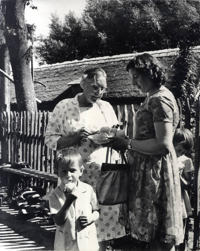 Vaišinimas obuoliais, kurių rašytoja Ieva Simonaitytė niekados nevalgė. Grupinė nuotrauka / Bernardas Aleknavičius. - 1966.VIII.3