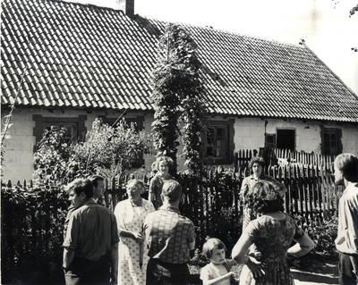 Dūdjonių sodyba: čia aš ganiau žąsis, o paaugusi siuvau. Grupinė nuotrauka / Bernardas Aleknavičius. - 1966.VIII.3