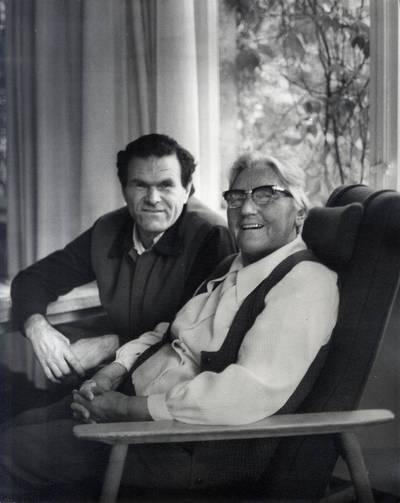 Ieva Simonaitytė su pusbroliu Albinu Stubra. Grupinė nuotrauka / Bernardas Aleknavičius. - 1977.IX.6