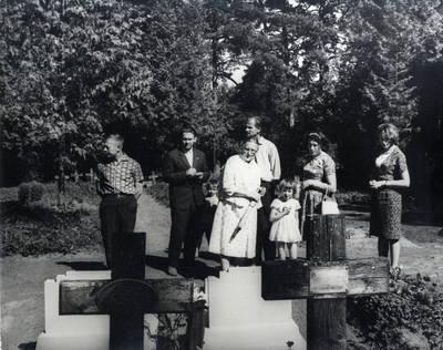 Vanagų kapinaitėse prie savo artimųjų kapų. Grupinė nuotrauka / Bernardas Aleknavičius. - 1966.VIII