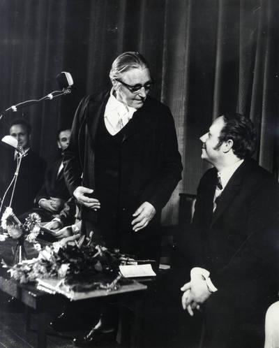 Ieva Simonaitytė ir neatpažintas vyras. Grupinė nuotrauka / Bernardas Aleknavičius. - 1974.IX.21