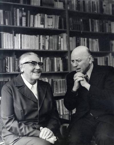 Ieva Simonaitytė su rašytoju Juozu Baltušiu. Grupinė nuotrauka / Bernardas Aleknavičius. - 1977.III.16