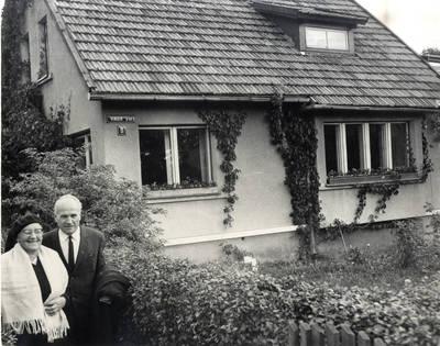 Ieva Simonaitytė prie pastato, kuriame po jos mirties įrengtas muziejus. Grupinė nuotrauka / Bernardas Aleknavičius. - 1967