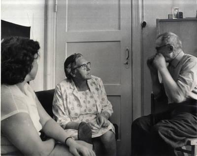 Rašytoja Ieva Simonaitytė Klaipėdoje. Grupinė nuotrauka / Bernardas Aleknavičius. - 1966.VIII.3