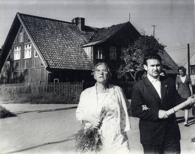 Ieva Simonaitytė Klaipėdoje. Grupinė nuotrauka / Bernardas Aleknavičius. - 1966.VIII.1