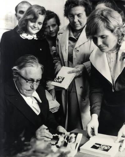 Rašytoja Ieva Simonaitytė su gerbėjais. Grupinė nuotrauka / Bernardas Aleknavičius. - 1974.IX.21