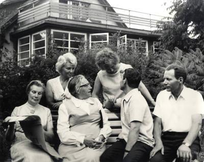 Danutė Rimaitienė, Ieva Simonaitytė ir neatpažinti asmenys. Grupinė nuotrauka / Bernardas Aleknavičius. - 1973.VII.6