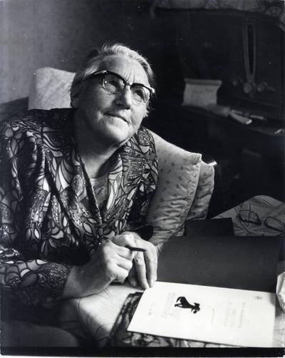 Ieva Simonaitytė: tai taip pavardės man niekas ir nepakeitė. Pavienė nuotrauka / Bernardas Aleknavičius. - 1976.X.3