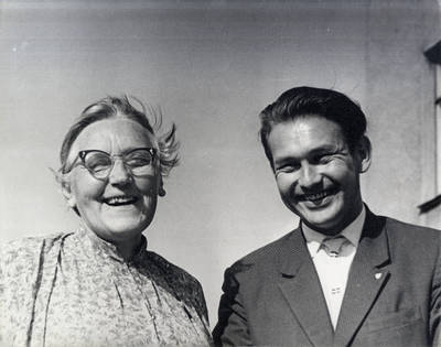 Ieva Simonaitytė ir žurnalistas Vytautas Kaltenis. Grupinė nuotrauka / Bernardas Aleknavičius. - 1966.VIII.1
