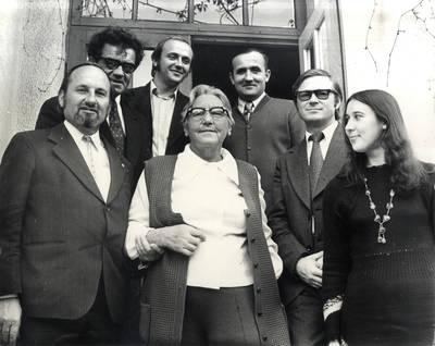 Ieva Simonaitytė tarp Klaipėdos rašytojų. Grupinė nuotrauka / Bernardas Aleknavičius. - 1977.IX.6