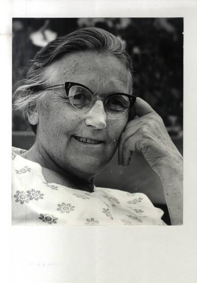 Rašytoja Ieva Simonaitytė pozuoja dailininkui Eduardui Jonušui. Portretinė nuotrauka / Bernardas Aleknavičius. - 1966.VIII.21