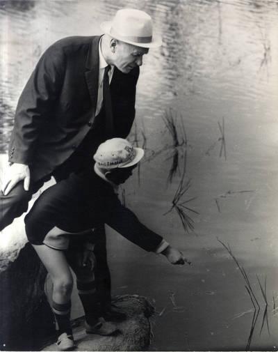 Rašytojas Juozas Baltušis su Monikos anūku Roku I. Navidansko parke. Grupinė nuotrauka / Bernardas Aleknavičius. - 1969.VII.22