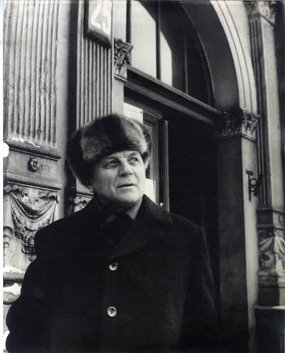 Rašytojas Juozas Baltušis Klaipėdoje prie būsimos I. Simonaitytės bibliotekos. Portretinė nuotrauka / Bernardas Aleknavičius