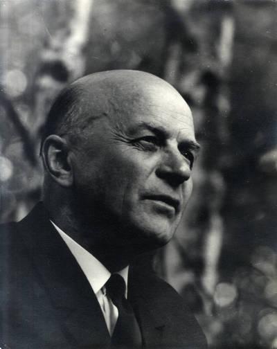 Rašytojas Juozas Baltušis I. Navidansko parke. Portretinė nuotrauka / Bernardas Aleknavičius. - 1969.VII.22