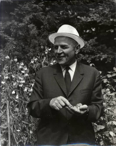 Rašytojas Juozas Baltušis I. Navidansko parke. Portretinė nuotrauka / Bernardas Aleknavičius. - 1969.07.22