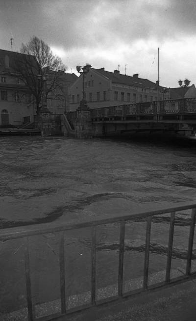 Uraganas Klaipėdoje. Danės upė prie Biržos tilto / Artūras Šeštokas. - 1993.I.14