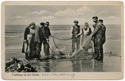 Fischfang an der Ostsee / Photographie A. Hennig. - 19?
