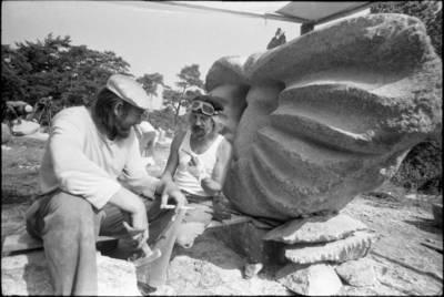 [Skulptoriai Motiejus Narbutas ir Kazimieras Kisielis, dirbantys prie