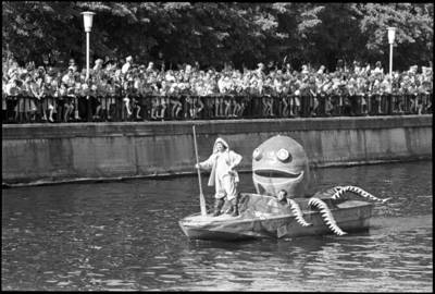 [Jūros šventės fragmentas. Dangės (Danės) upė. Klaipėda] / Audronius Ulozevičius. - 1981