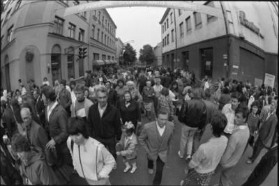 [Tiltų ir Turgaus g. sankryža Jūros šventės metu. Klaipėda] / Audronius Ulozevičius. - 1987