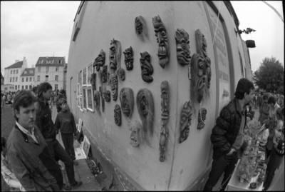 [Jūros šventės mugės fragmentas. Kurpių g. 8. Klaipėda] / Audronius Ulozevičius. - 1987